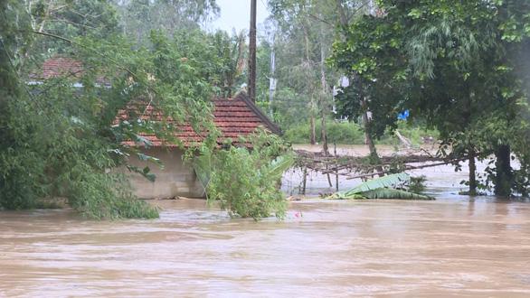 Quảng Ngãi: bão qua, mưa tới lại lo sạt lở, lũ dâng - Ảnh 1.