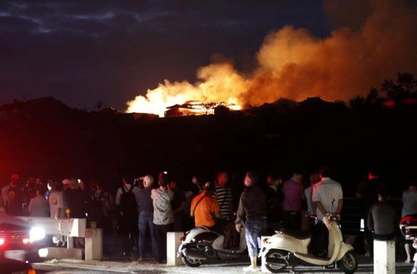 Cháy kinh hoàng tại Di sản thế giới lâu đài gỗ 600 năm tuổi Nhật Bản - Ảnh 2.