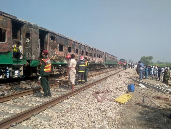 Nấu nướng trên xe lửa, 74 người bị thiêu sống - Ảnh 3.