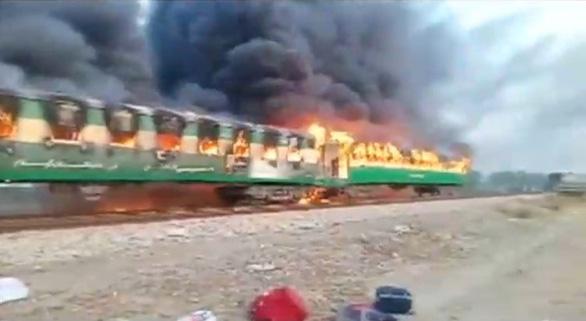 Nấu nướng trên xe lửa, 74 người bị thiêu sống - Ảnh 1.