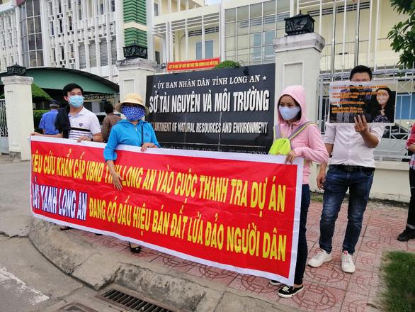 Hàng trăm người đến Tỉnh ủy Long An nhờ tìm công ty bất động sản - Ảnh 1.