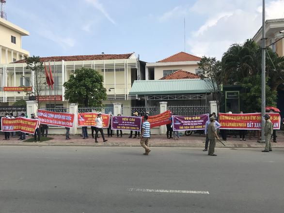 Hàng trăm người đến Tỉnh ủy Long An nhờ tìm công ty bất động sản - Ảnh 2.