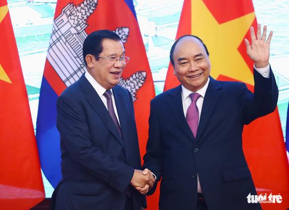 Thủ tướng Campuchia Hun Sen bắt đầu thăm chính thức Việt Nam - Ảnh 1.