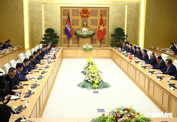 Thủ tướng Campuchia Hun Sen bắt đầu thăm chính thức Việt Nam - Ảnh 3.