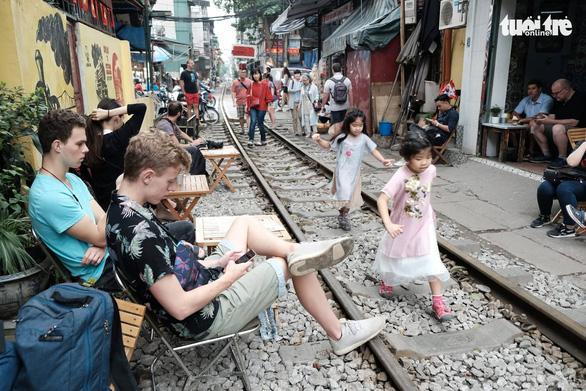 Hà Nội bị đề nghị dẹp các điểm chụp ảnh, uống cà phê trong lòng đường sắt - Ảnh 1.