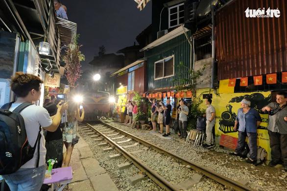 Hà Nội bị đề nghị dẹp các điểm chụp ảnh, uống cà phê trong lòng đường sắt - Ảnh 4.