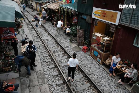 Hà Nội bị đề nghị dẹp các điểm chụp ảnh, uống cà phê trong lòng đường sắt - Ảnh 3.