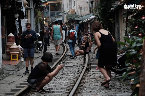 Hà Nội bị đề nghị dẹp các điểm chụp ảnh, uống cà phê trong lòng đường sắt - Ảnh 2.