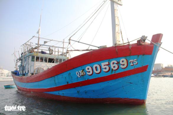 Tàu cá Việt Nam bị tàu Trung Quốc từ chối cứu hộ đã được lai dắt vào bờ - Ảnh 1.