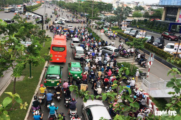 Từ ngày 5-10, chính thức đóng nút giao ngay cầu Sài Gòn - Ảnh 1.