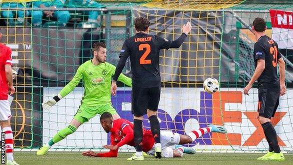 Không có một cú sút trúng đích, Manchester United may mắn thoát chết ở Hà Lan - Ảnh 1.