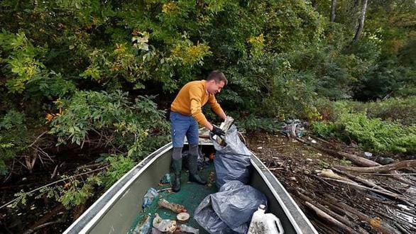 Nghỉ việc để… dọn sạch rác ở dòng sông thời thơ ấu - Ảnh 1.