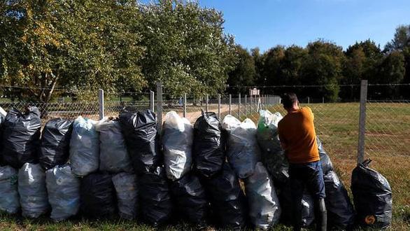 Nghỉ việc để… dọn sạch rác ở dòng sông thời thơ ấu - Ảnh 2.