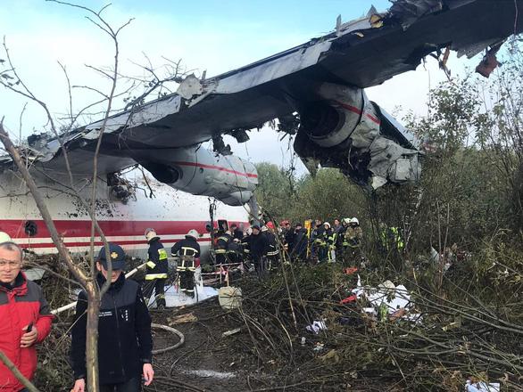 Máy bay rơi vì hết xăng, nhiều người thiệt mạng - Ảnh 1.