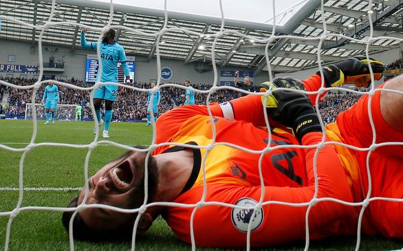 Thủ môn mắc sai lầm, Tottenham thua đậm 0-3 trước 'đàn em' Brighton - Ảnh 2.