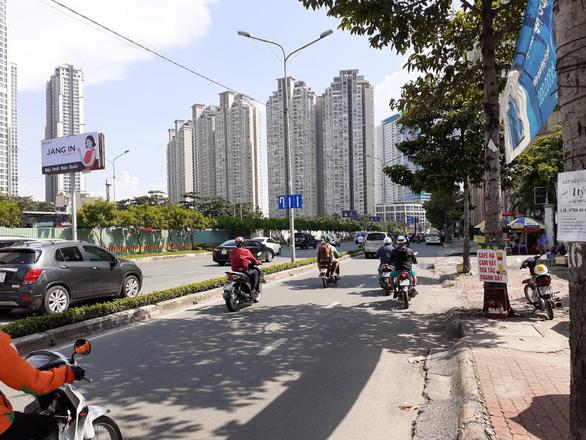 Chính thức rào chắn đường, sửa chữa rốn ngập Nguyễn Hữu Cảnh - Ảnh 2.