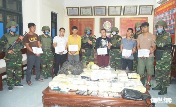 Bắt hai thanh niên Lào thủ súng đạn 'cõng' ma túy vào Việt Nam - Ảnh 2.