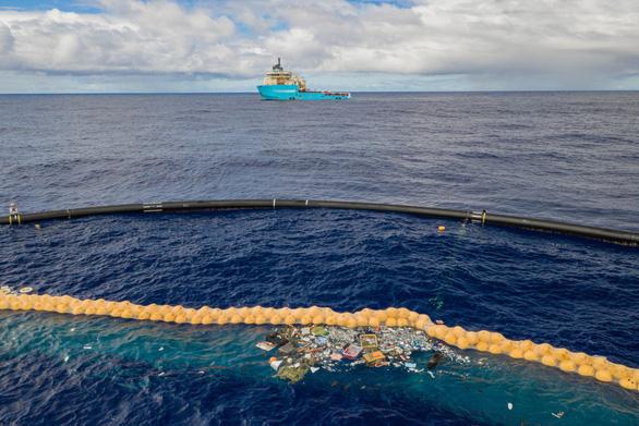 Tàu Maersk Launcher bắt đầu sứ mệnh dọn rác thải nhựa ở Đảo rác Thái Bình Dương - Ảnh 1.