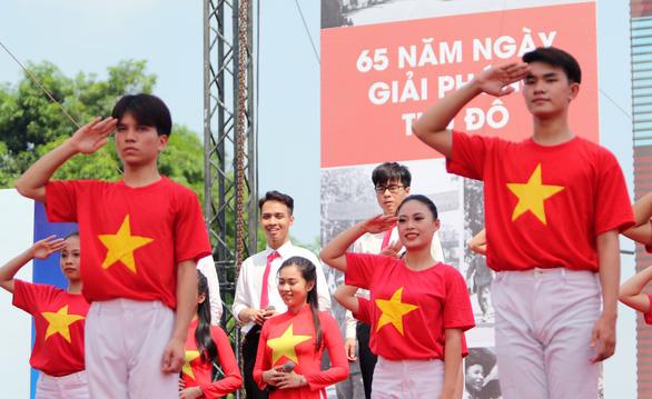 Tái hiện lễ chào cờ lịch sử đầu tiên khi Hà Nội được giải phóng - Ảnh 10.
