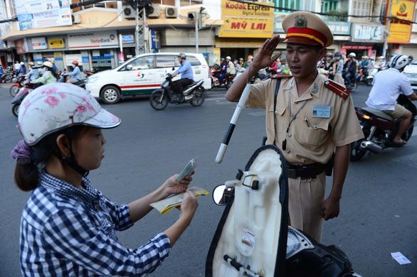Cảnh sát giao thông có phải chào lái xe say rượu? - Ảnh 1.