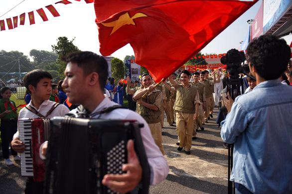 Tái hiện lễ chào cờ lịch sử đầu tiên khi Hà Nội được giải phóng - Ảnh 3.