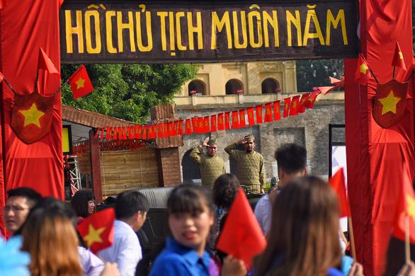 Tái hiện lễ chào cờ lịch sử đầu tiên khi Hà Nội được giải phóng - Ảnh 2.