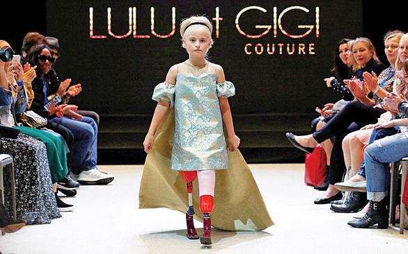 Cô bé cụt chân 9 tuổi trên sàn catwalk - Ảnh 1.