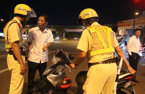 Cảnh sát giao thông có phải chào lái xe say rượu? - Ảnh 2.