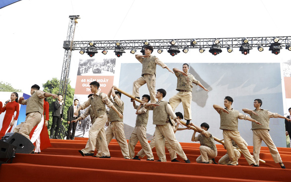 Tái hiện lễ chào cờ lịch sử đầu tiên khi Hà Nội được giải phóng - Ảnh 11.
