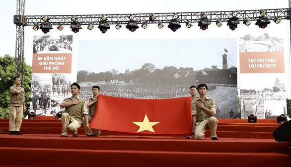 Tái hiện lễ chào cờ lịch sử đầu tiên khi Hà Nội được giải phóng - Ảnh 1.