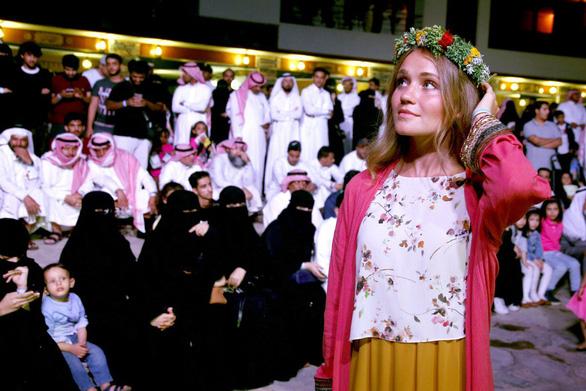 Saudi Arabia lần đầu cho trai chưa vợ, gái chưa chồng ở chung phòng - Ảnh 1.