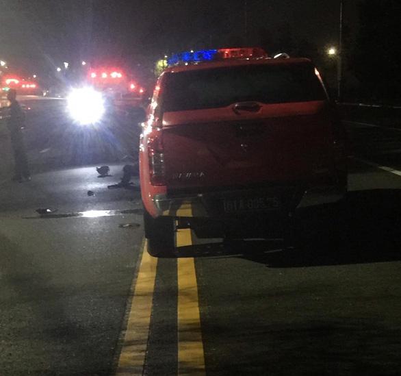Tông vào xe công an, hai thanh niên bị thương nặng - Ảnh 2.
