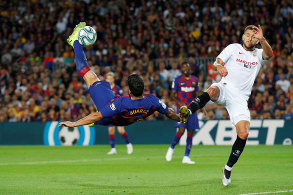 Suarez lập siêu phẩm, Messi có bàn thắng đầu tiên ở trận Barca đè bẹp Sevilla - Ảnh 1.