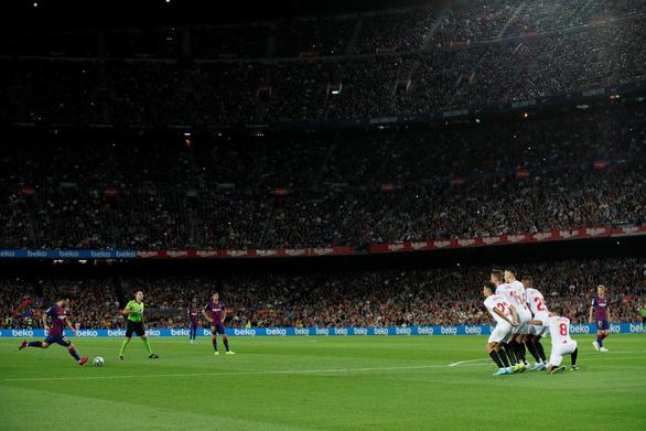 Suarez lập siêu phẩm, Messi có bàn thắng đầu tiên ở trận Barca đè bẹp Sevilla - Ảnh 2.