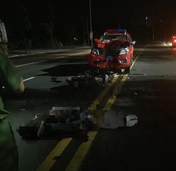 Tông vào xe công an, hai thanh niên bị thương nặng - Ảnh 1.
