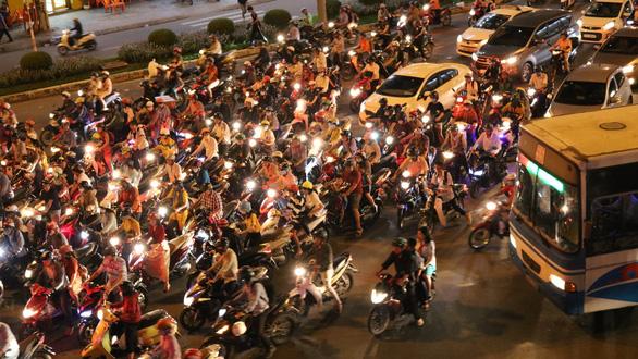 Ngã tư Hàng Xanh, đường Nguyễn Hữu Cảnh kẹt cứng suốt 3 giờ liền - Ảnh 3.