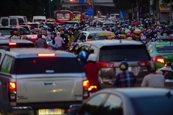 Ngã tư Hàng Xanh, đường Nguyễn Hữu Cảnh kẹt cứng suốt 3 giờ liền - Ảnh 2.