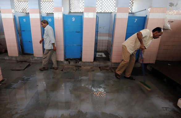 Có cả 100 triệu nhà xí mới, người Ấn vẫn thích đi vệ sinh lộ thiên - Ảnh 1.