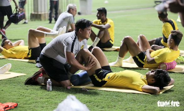 Tuyển Malaysia lao vào tập luyện chỉ sau 3 tiếng nghỉ ngơi ở Việt Nam - Ảnh 1.