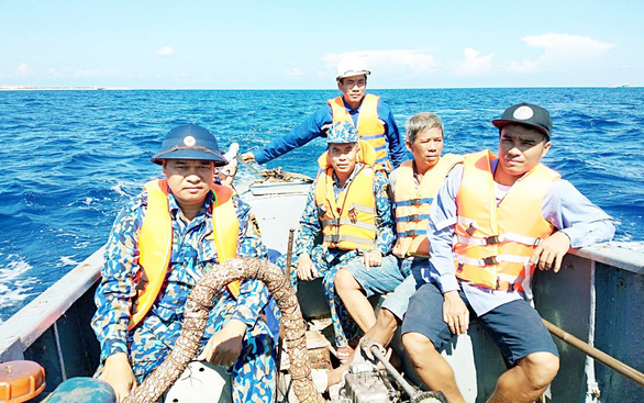Ứng cứu kịp thời 12 ngư dân Bình Định bị chìm tàu ở Trường Sa - Ảnh 1.