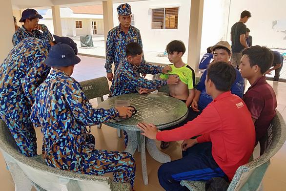 Ứng cứu kịp thời 12 ngư dân Bình Định bị chìm tàu ở Trường Sa - Ảnh 2.