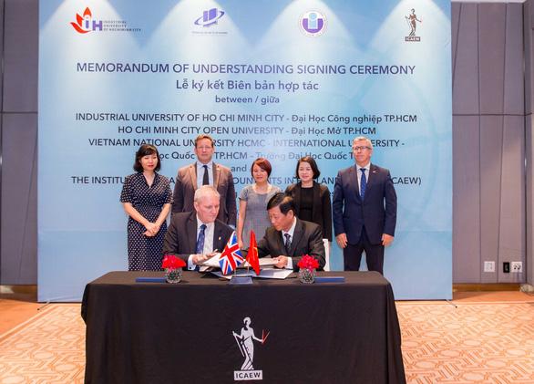 Đại học Công nghiệp TP.HCM ký kết biên bản hợp tác với ICAEW - Ảnh 1.