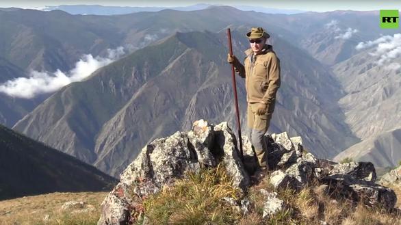 Tổng thống Putin mừng sinh nhật giản dị: đi leo núi, hái nấm - Ảnh 2.