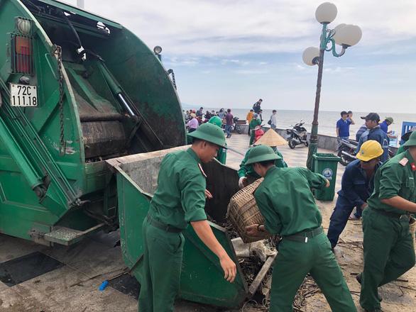 10 cây số rác, thân cây và nhựa tấn công bãi biển Vũng Tàu - Ảnh 4.