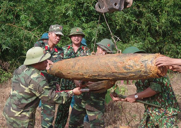 Xử lý thành công quả bom nặng 226kg ở Quảng Bình - Ảnh 1.