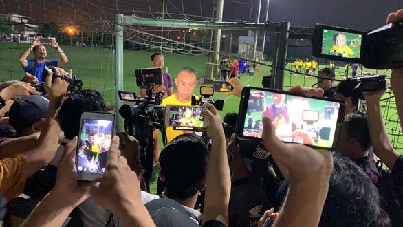 HLV và cầu thủ Malaysia làm lơ truyền thông Việt Nam - Ảnh 1.