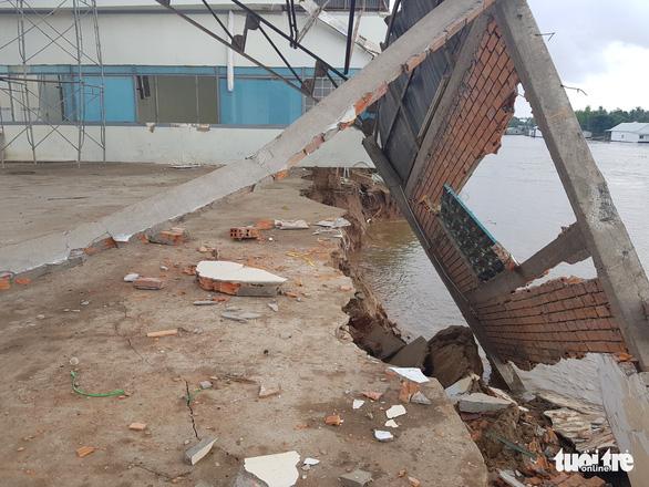 Bờ kênh xáng Tân An tiếp tục bị nuốt, dân hối hả chạy sạt lở - Ảnh 4.