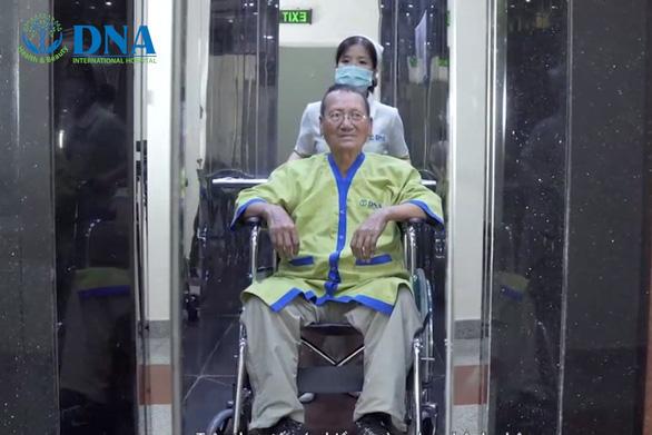 Thoát bỏ xe lăn sau khi tiêm tế bào gốc tự thân tại bệnh viện Quốc tế DNA - Ảnh 1.