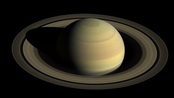 Sao Thổ soán ngôi sao Mộc trở thành vua mặt trăng - Ảnh 1.