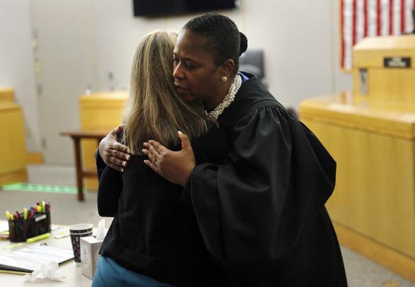 Cái ôm gây tranh cãi giữa thẩm phán da màu và bị cáo da trắng - Ảnh 1.